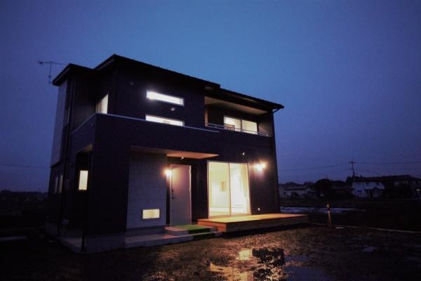 無機質な外観とクラシカルな内観の家